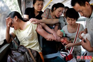 Люди в автобусі рятують жінку, яка намагалася накласти на себе руки