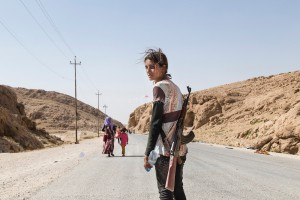 Курдська дівчина носить автомат, щоб захистити свою сім'ю від ІГІЛ
