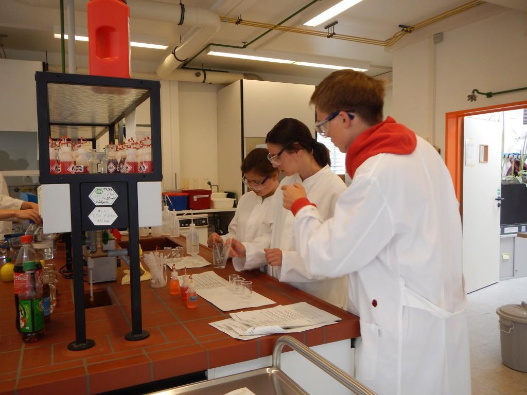 В хімічній лабораторії університету Бремену учні визначали склад зубної пасти, вміст нітритів в харчових продуктах