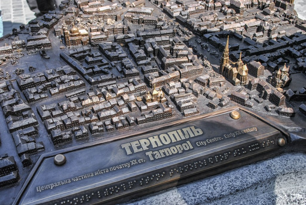 Біля Архікатедри встановили макет довоєнного Тернополя