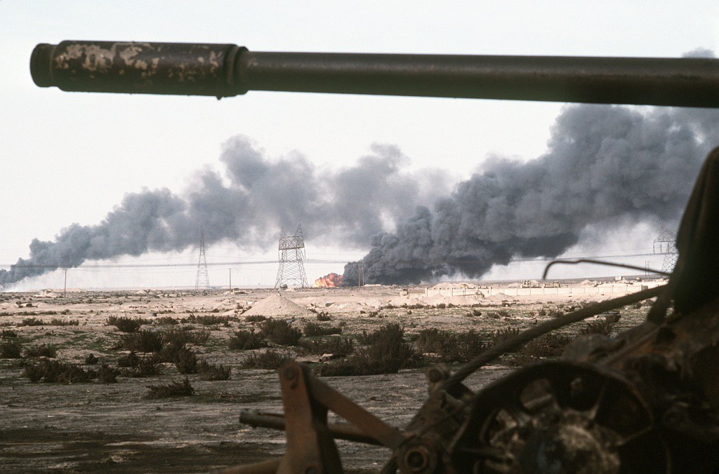 Disabled_Iraqi_T-54A,_T-55,_Type_59_or_Type_69_tank_and_burning_Kuwaiti_oil_field