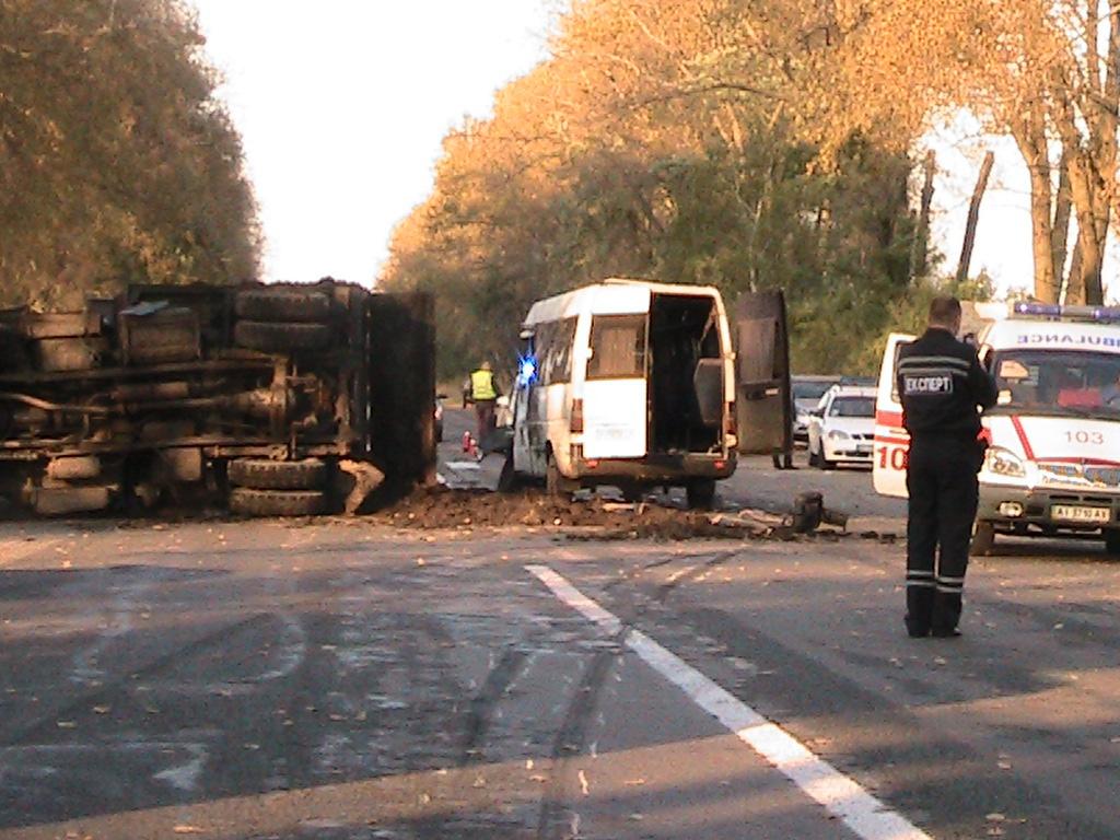 На Полтавщині під час ДТП перекинулась маршрутка. Є поранені