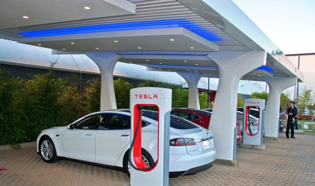 На трасі Київ-Львів відкривають заправки Tesla