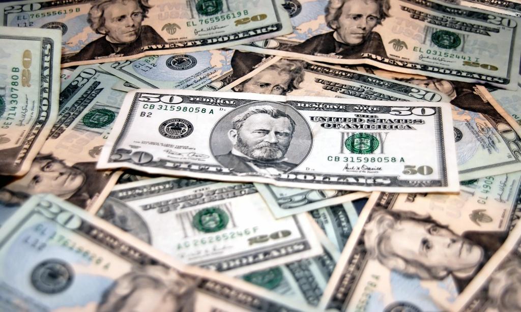 Долар не перестає тішити