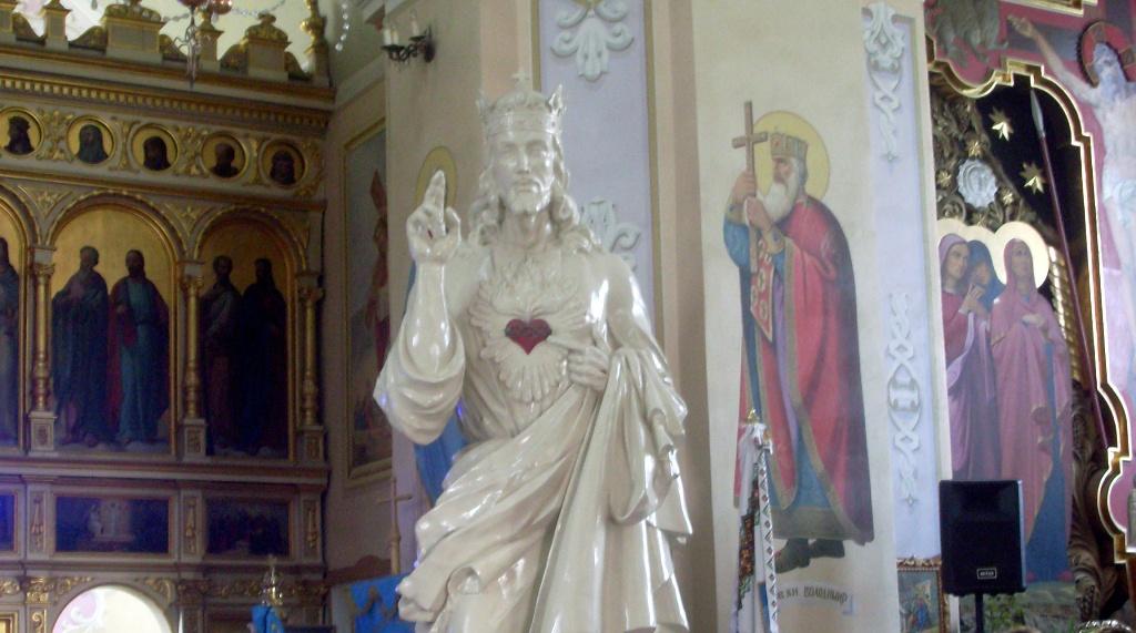 У Борщів привезли статую «Подорожуючого Ісуса»