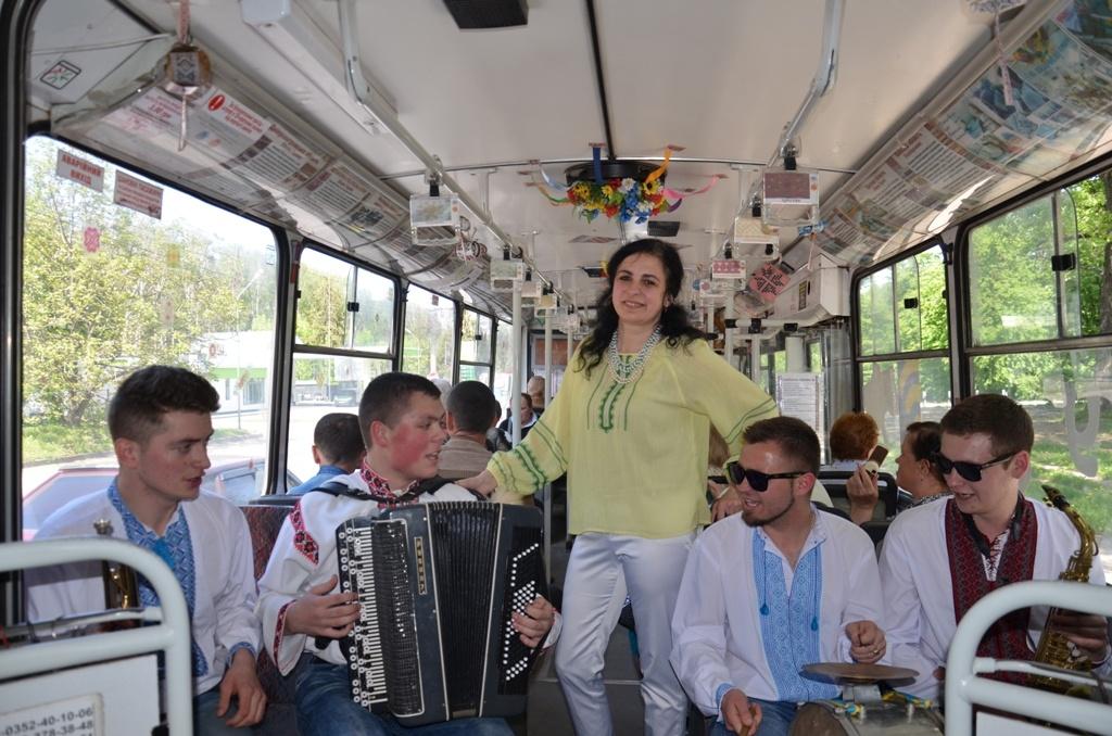 У тролейбусі — з піснями