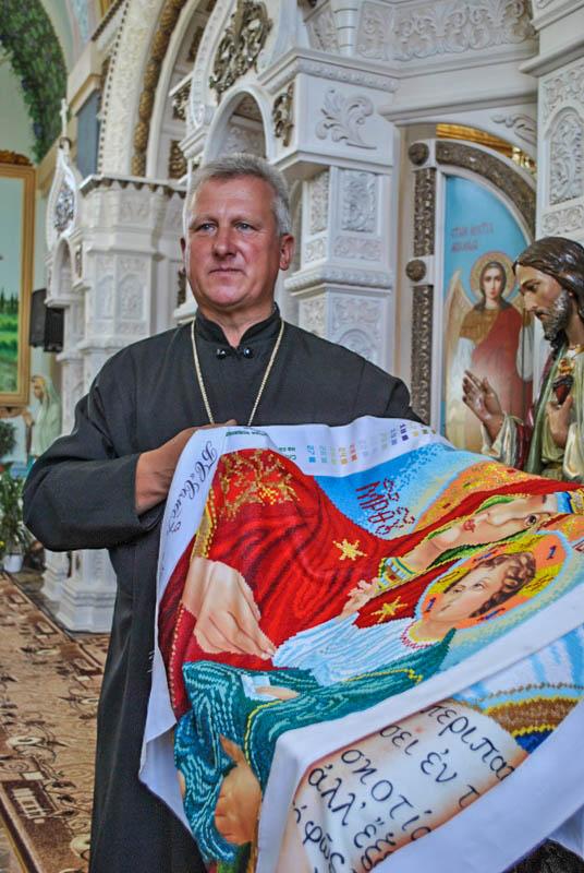 У Тютькові парафіяни вишили бісером іконостас (фото) - Вільне життя 5a3a40515138f
