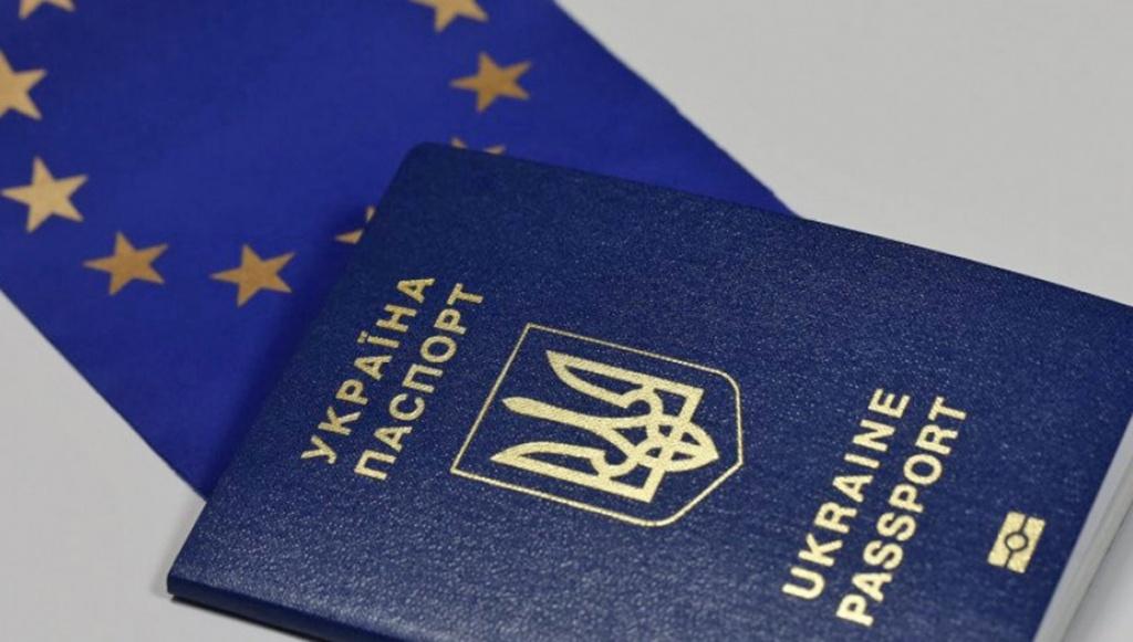 У чергу за біометричним паспортом