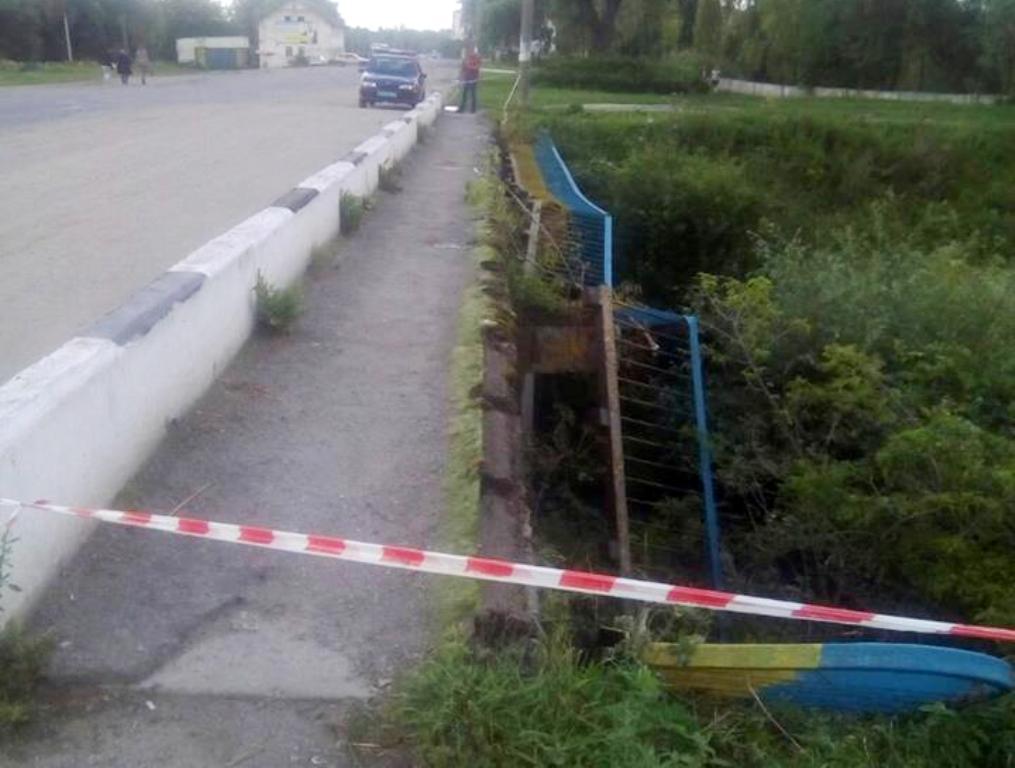 У Ланівцях молодики напідпитку пошкодили огорожу мосту