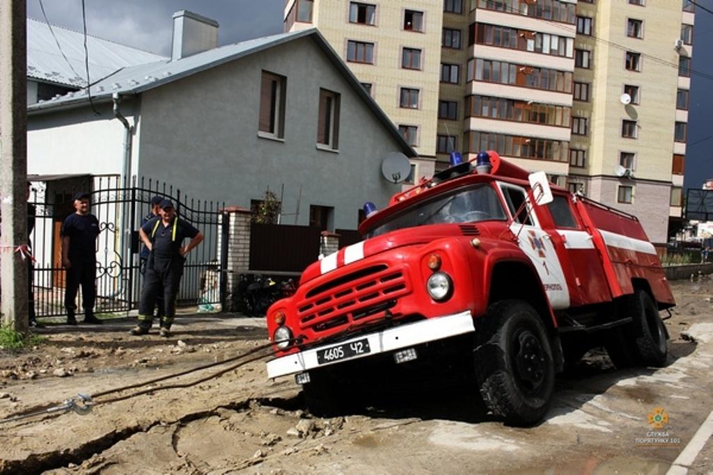 У Тернополі пожежна автоцистерна провалилася в яму на дорозі