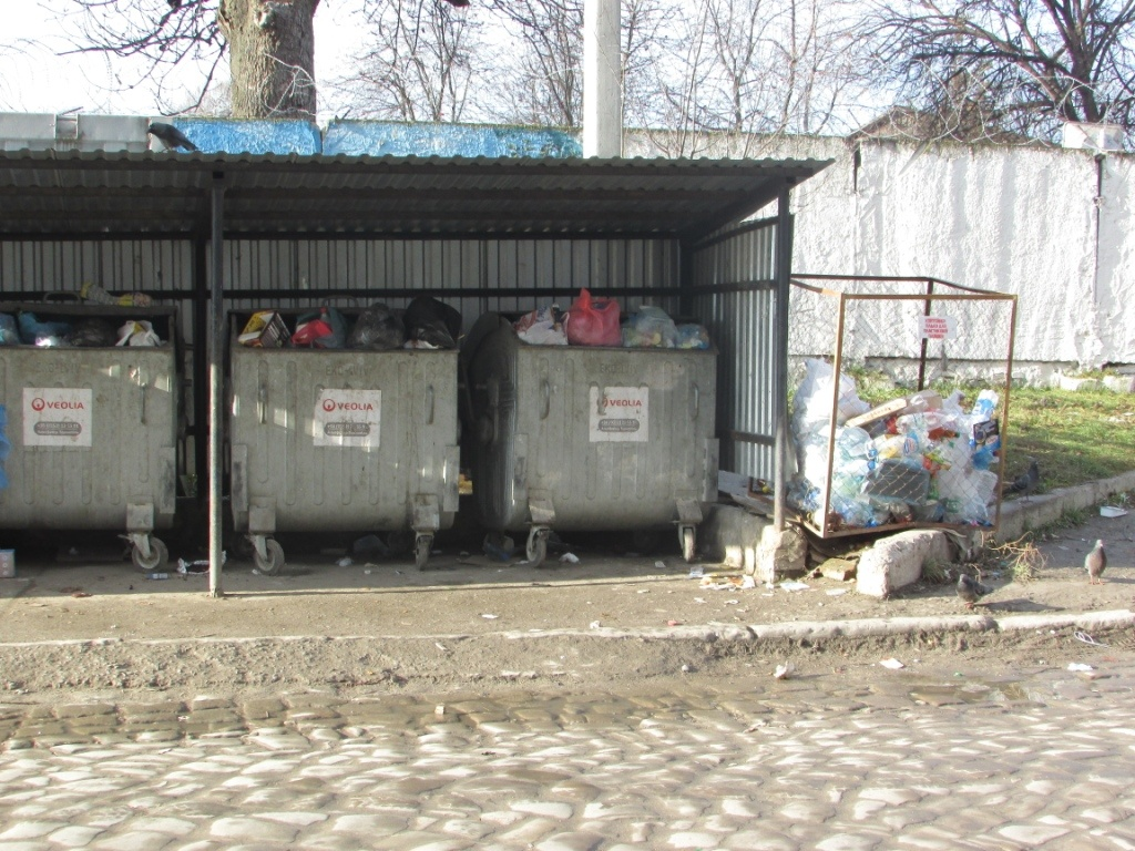 У Тернополі мешканці однієї з вулиць не можуть розібратися зі сміттям