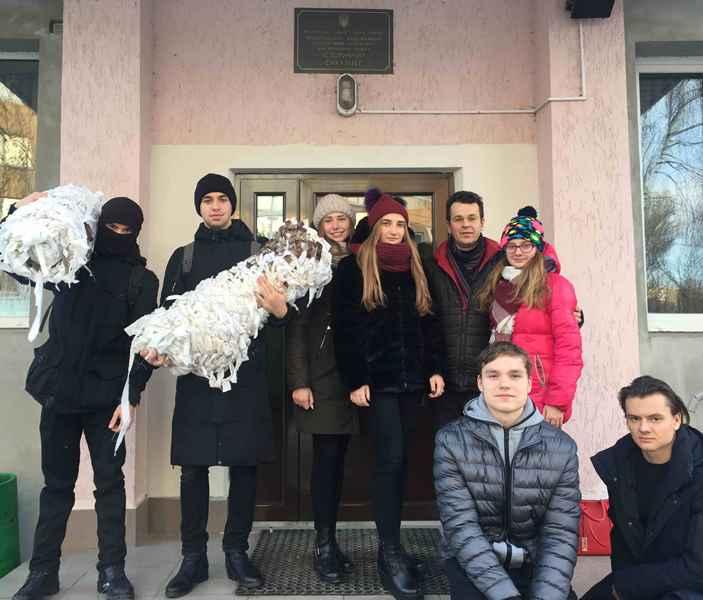 Тернопільські студенти-історики відправили на схід маскувальні сітки