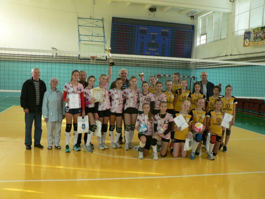 Головні героїні — юні волейболістки