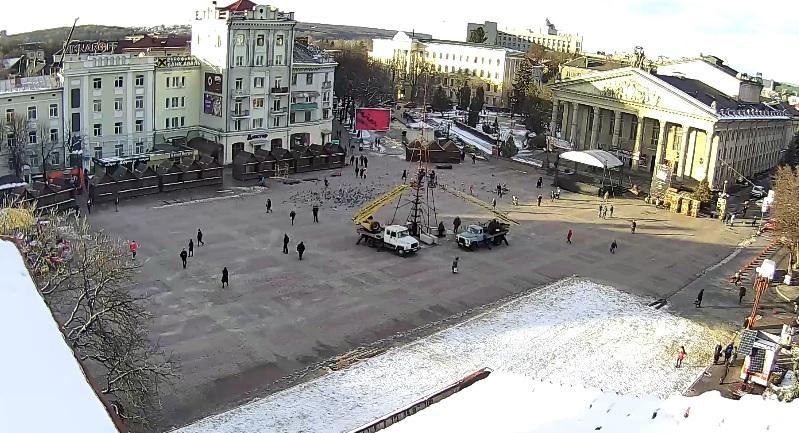 На Театральному майдані встановлюють головну ялинку міста