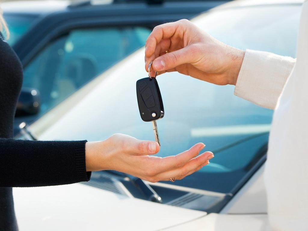 Підприємство орендує автомобіль у свого працівника. Які податкові наслідки?
