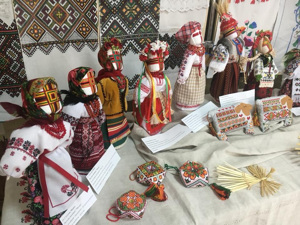 У тернопільській бібліотеці діє унікальна виставка ляльок-мотанок