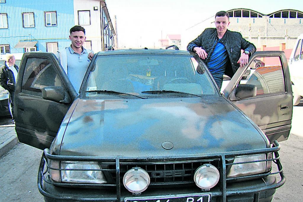 Автомобіль для захисників придбав співак із Прошової