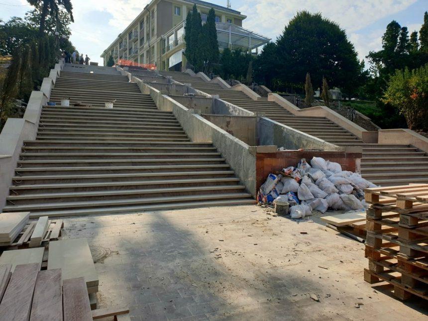 У тернопільських парках цими днями ведеться активна підготовка до проведення масових заходів під час відзначення Дня Державного Прапора, Дня незалежності України та Дня міста.