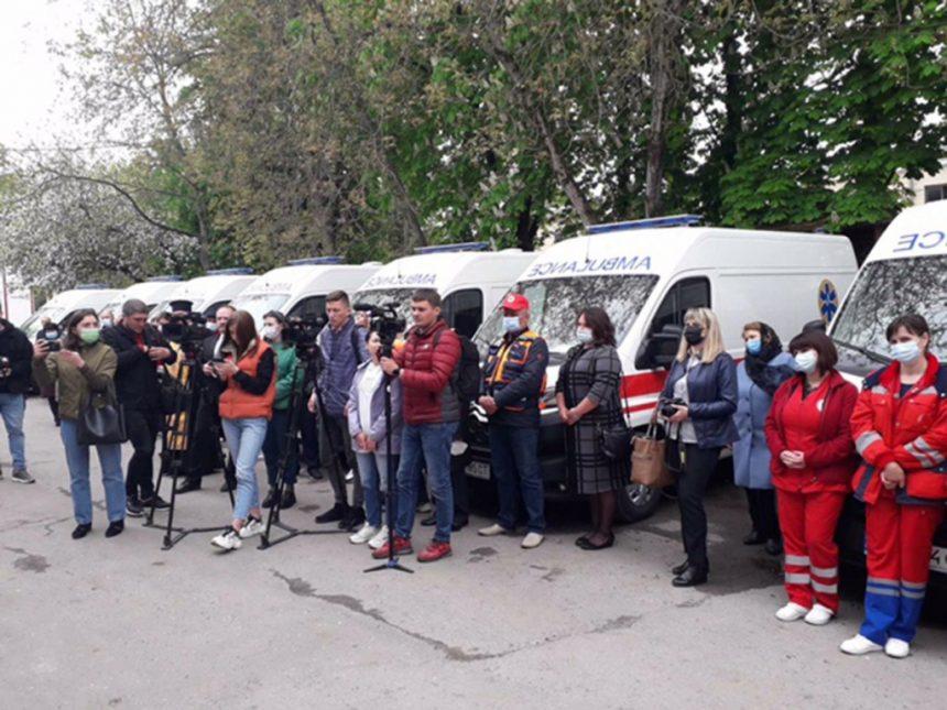 Бригадам екстреної медичної допомоги Тернопільщини вручили ключі від 13 нових авто